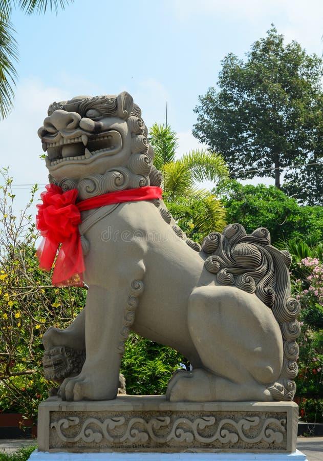La statua del leone al tempio cinese in Phu Yen, Vietnam immagine stock libera da diritti