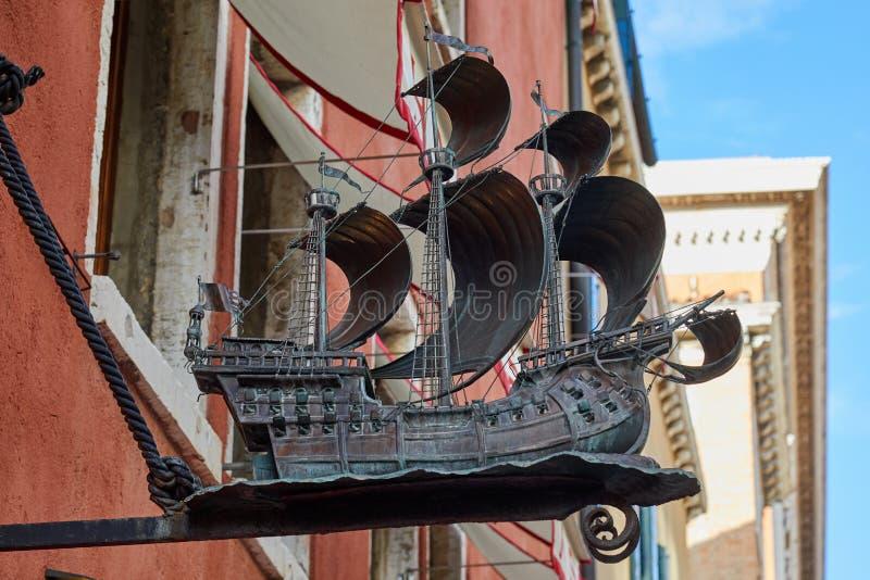 La statua del metallo della nave di navigazione firma in un giorno di estate a Venezia, Italia immagine stock libera da diritti