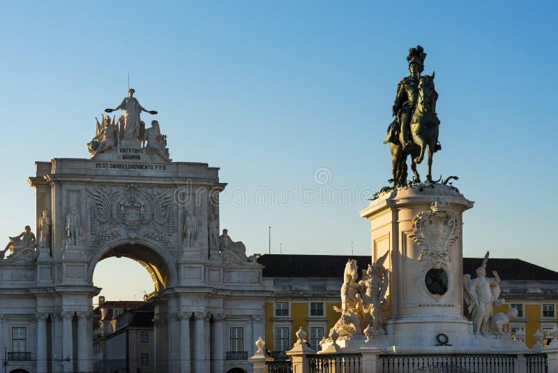 La statua del re Dom Jose nel quadrato Praca di commercio fa Comercio con Augusta Street Triumphal Arch nel backgroun immagini stock