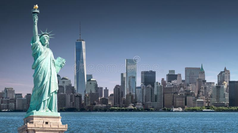 La statua della libertà con un fondo del World Trade Center, punti di riferimento di New York fotografie stock