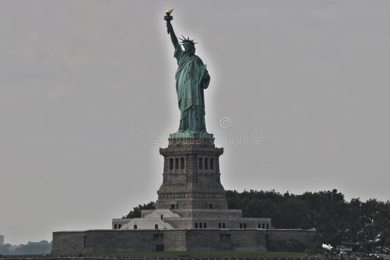La statua della libertà dedicata il 28 ottobre 1886 è una delle icone più famose di U.S.A. fotografia stock libera da diritti