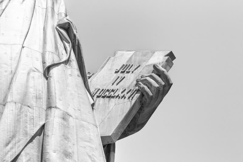 La statua della libertà, mano sinistra porta il ansata di tabula iscritta nei numeri romani con il IV LUGLIO MDCCLXXVI immagini stock