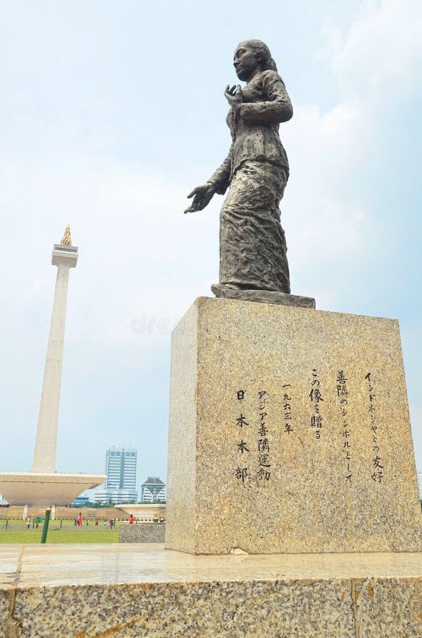 La statua della R a Kartini nel quadrato di Merdeka fotografia stock