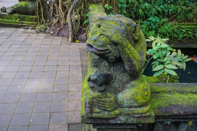 La statua della scimmia in Bali ha coperto di muschio fotografia stock