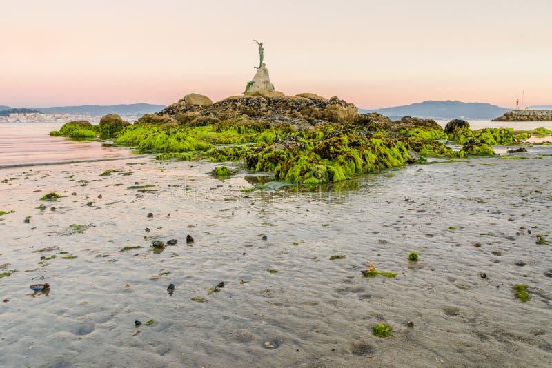 La statua della sirena con bassa marea a Cangas fa Morrazo fotografie stock libere da diritti