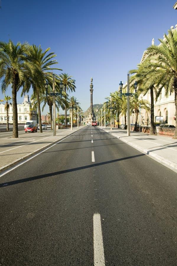 La statua di Christopher Columbus trascura la carreggiata su Passeig de Colom, accanto a lungomare di porto Vell, Barcellona, Spa immagine stock libera da diritti