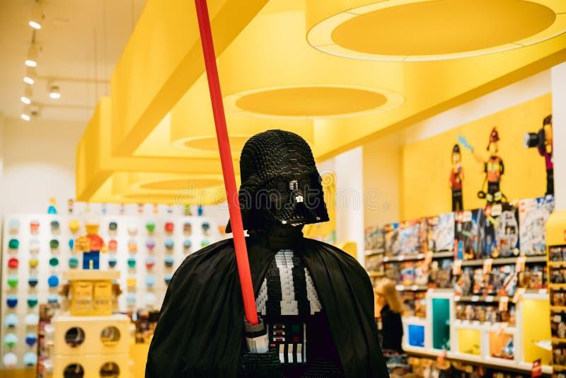 La statua di Dart Fener da Star Wars ha montato da Lego In Lego fotografia stock