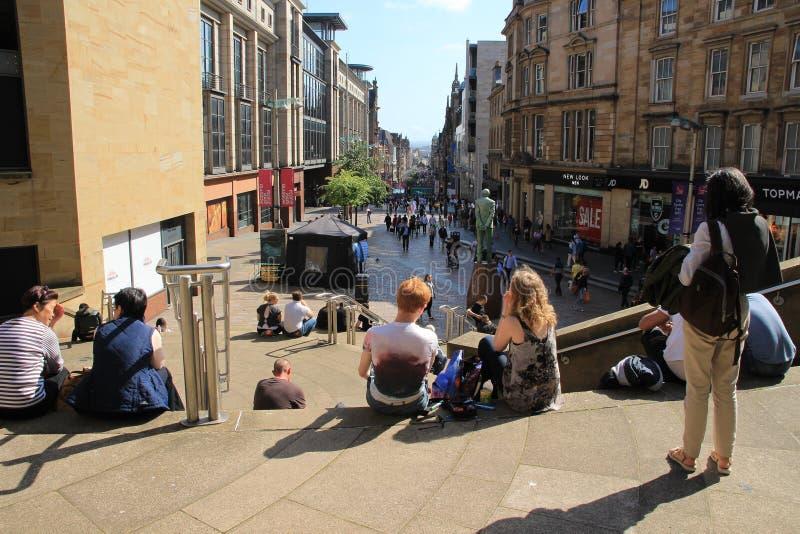 La statua di Donald Dewar sta guardando giù la via di Buchanan nella città Glasgow immagine stock
