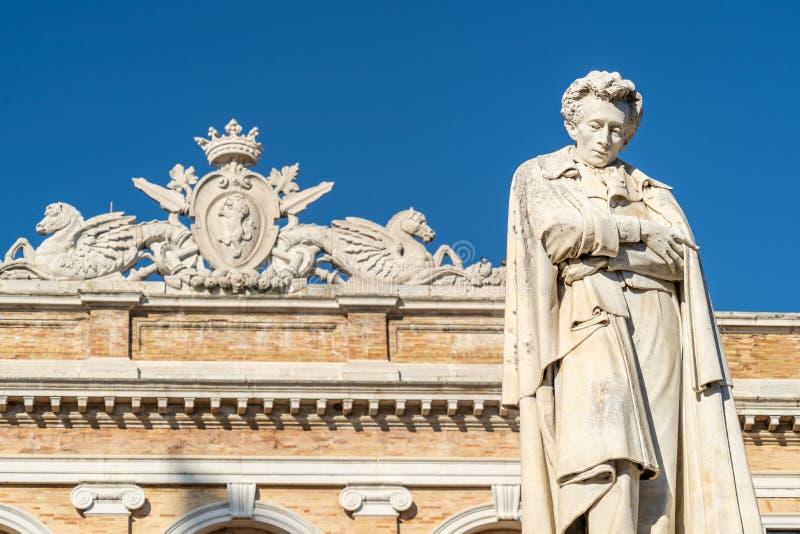 La statua di Giacomo Leopardi nella città di Recanati, Italia immagine stock libera da diritti