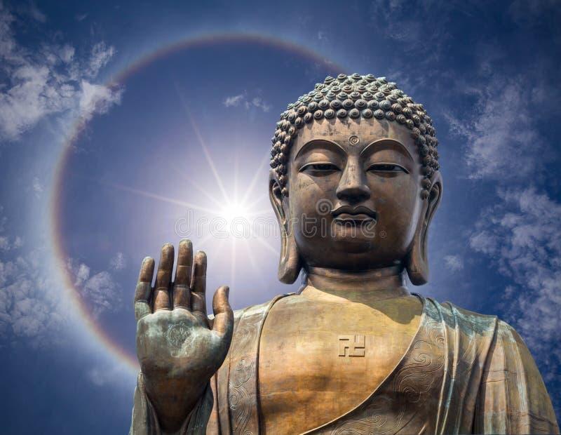 La statua di grande Buddha affronta alla mano a Hong Kong fotografia stock libera da diritti