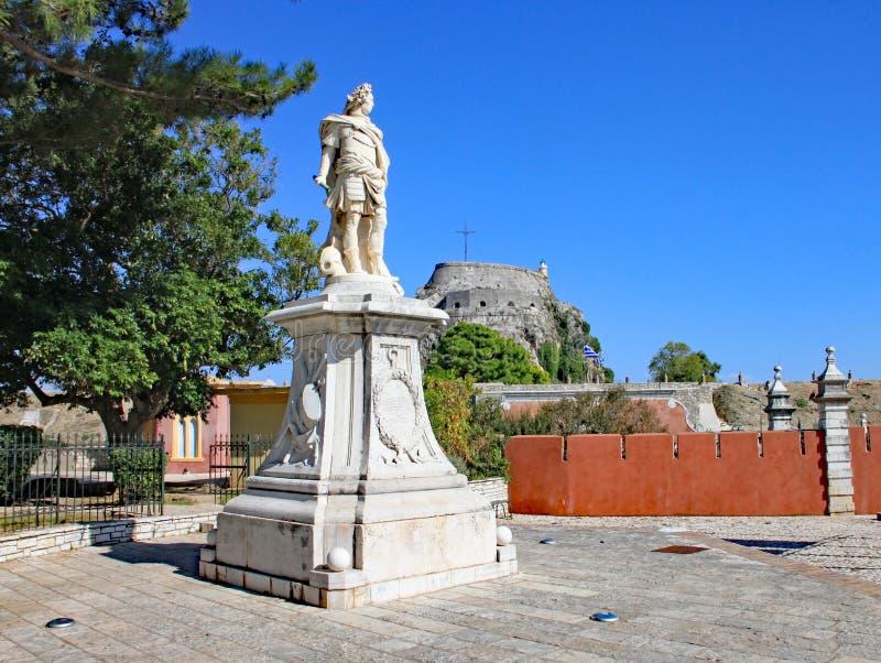 La statua di marmo del conteggio Johann Matthias von der Schulenburg dalla vecchia fortezza nella città di Corfù Sono stato erett fotografie stock libere da diritti
