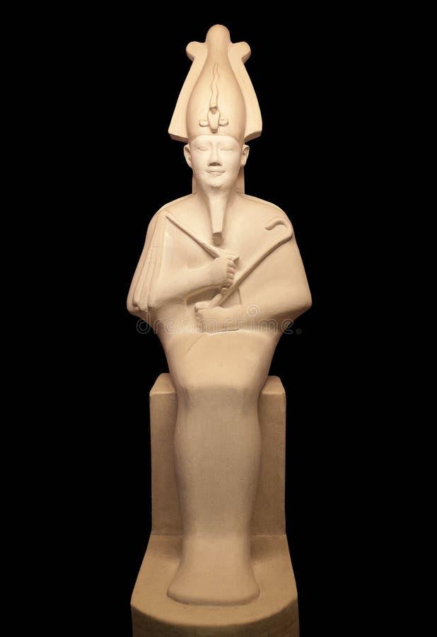 La statua di Osiris ha isolato su fondo nero fotografia stock