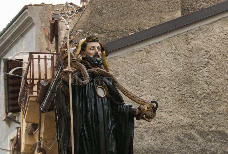 La statua di St Dominic con i serpenti per la festività di Serpari nel centro di Cocullo, Abruzzo, Italia fotografia stock