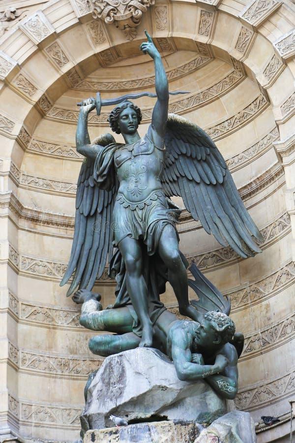 La statua di St Michael, Parigi fotografia stock libera da diritti