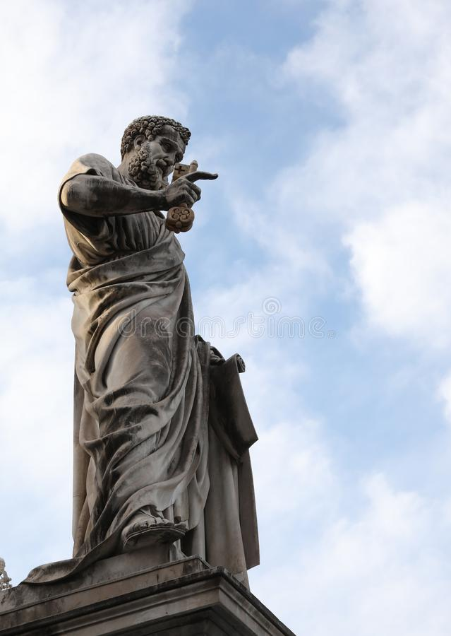 La statua di St Peter con la barba lunga e digita nello squ fotografia stock libera da diritti
