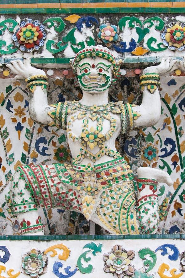La statua di un appoggio del demone bombarda a Wat Arun immagini stock