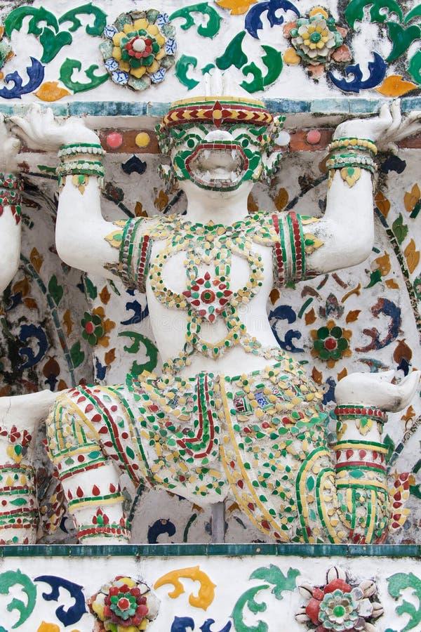 La statua di un appoggio della scimmia bombarda a Wat Arun fotografia stock