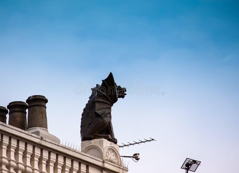 La statua di un drago su un tetto immagine stock libera da diritti