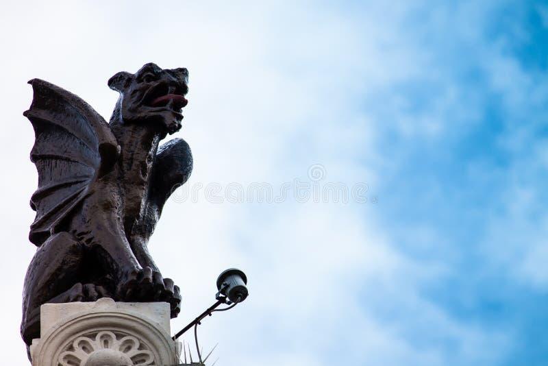 La statua di un drago su un tetto fotografia stock
