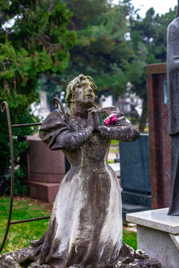 La statua di un pregare della donna immagini stock libere da diritti