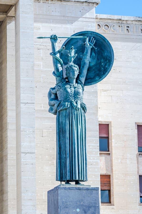 La statua di una donna con una spada e uno schermo dietro cui scala un serpente ha fatto di marmo che è installato nell'universit fotografie stock