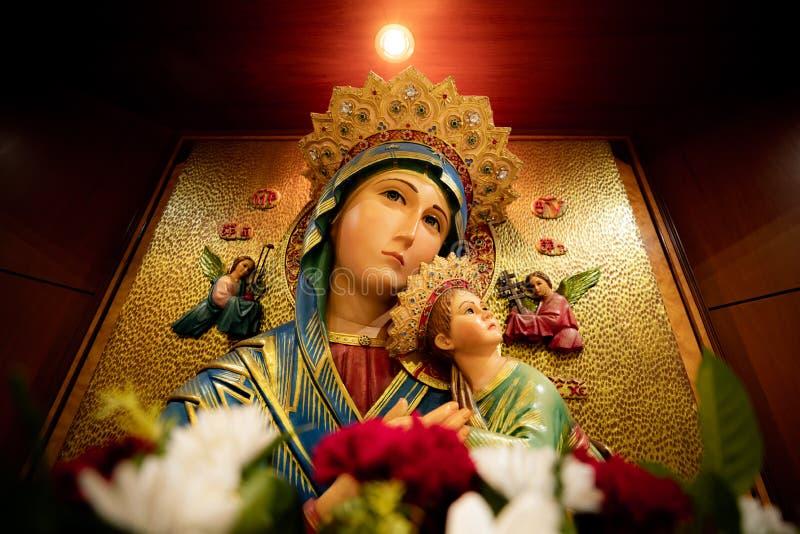 La statua di vergine Maria in Roman Catholic Church immagini stock