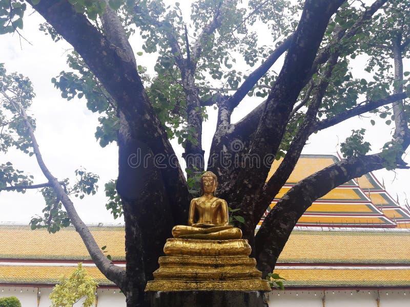 La statua dorata di Buddha a Bangkok, Tailandia fotografie stock libere da diritti