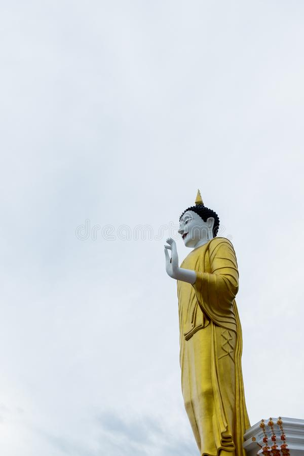 La statua eretta di Buddha sotto il chiaro cielo in Chiangmai, Tailandia fotografia stock libera da diritti