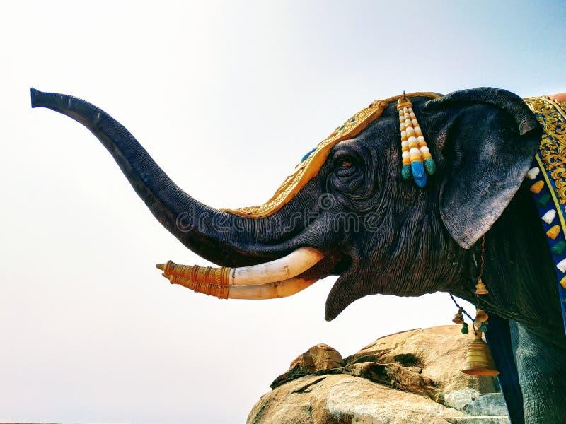 La statua realistica dell'elefante in maharashtra, India fotografie stock