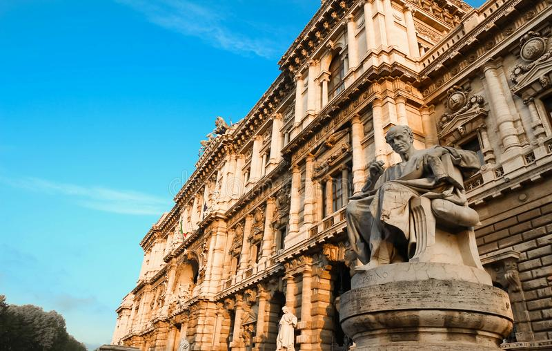 La statua sulla Corte suprema di cassazione, dei Tribunali, Roma, Italia della piazza fotografie stock libere da diritti