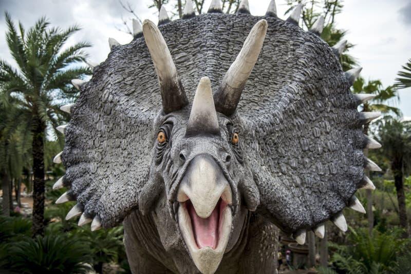La statue étonnante de dinosaure dans le jardin Thaïlande de Nongnuch photos libres de droits