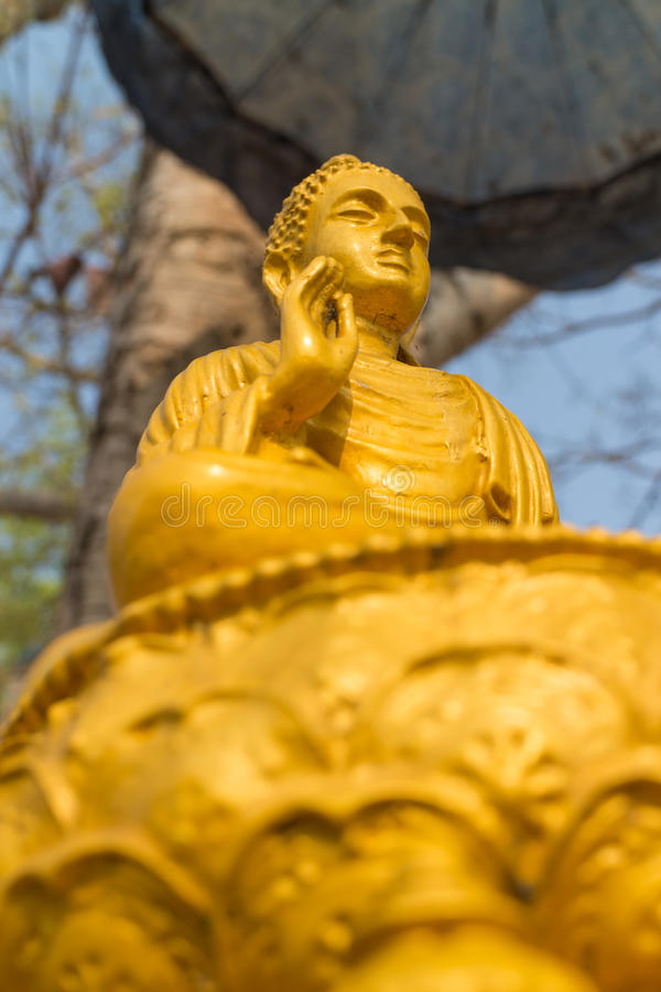La statue antique de Bouddha d'or image stock