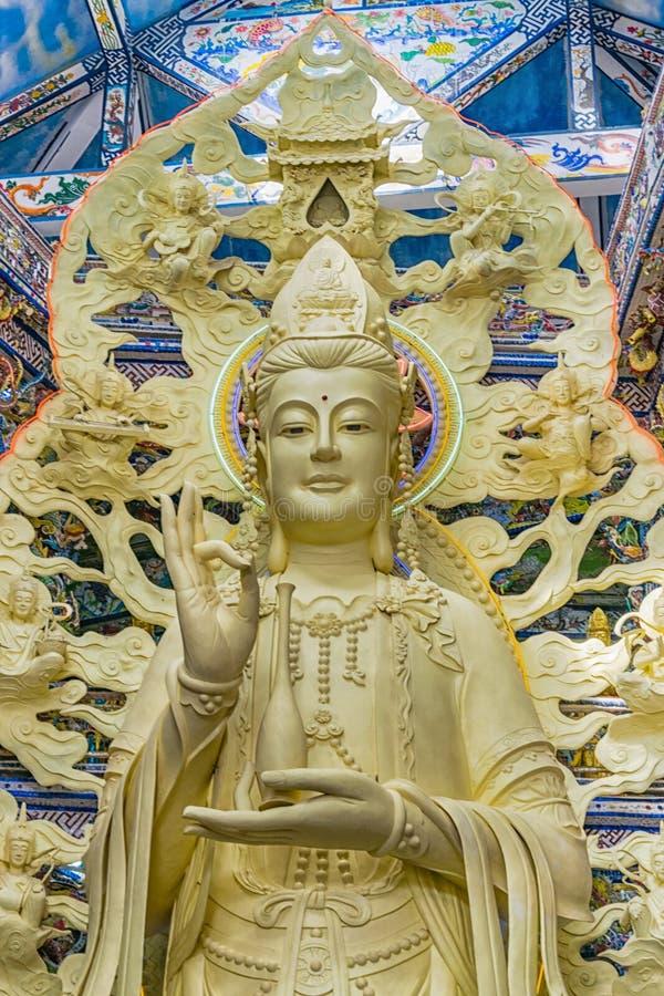 La statue antique fait le geste de main dans la vieille pagoda images stock