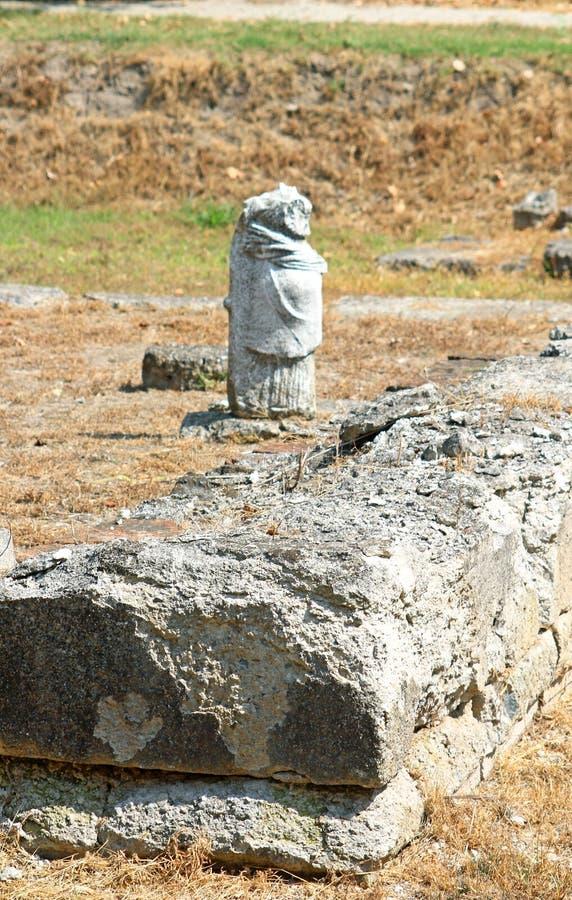 La statue archaïque grecque a trouvé chez Dion antique de ville de Katerini dans n photos libres de droits