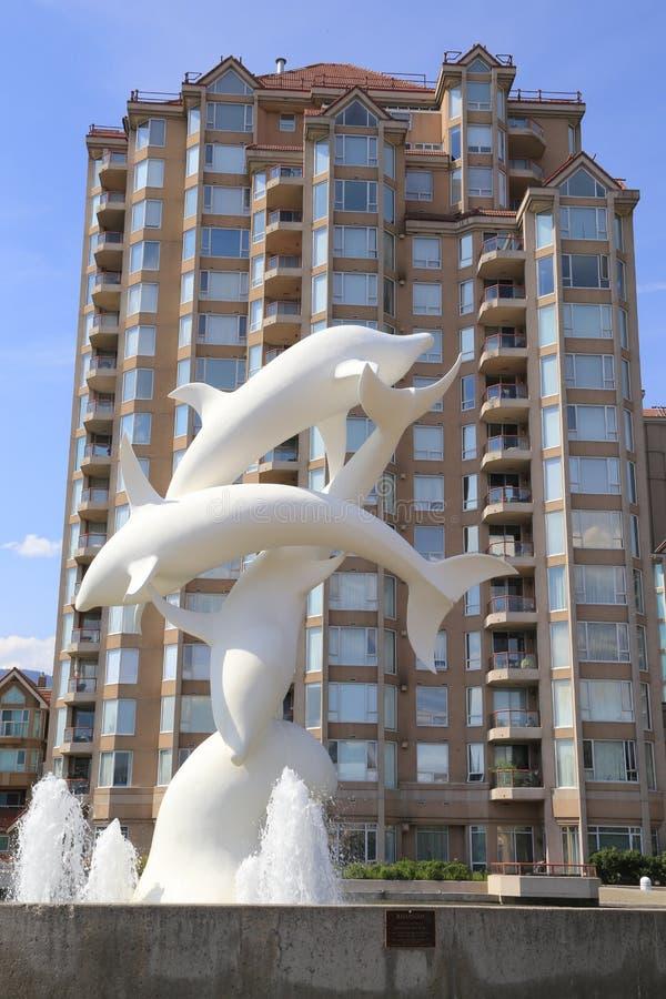 La statue blanche de dauphin avec le ciel bleu, les dauphins sont un point de repère à l'arrière-plan photographie stock