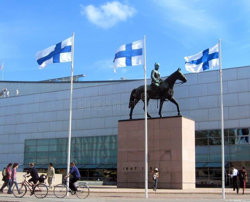 La statue célèbre de Mannerheim devant Kiasma, le musée de Helsinki pour l'art moderne image stock