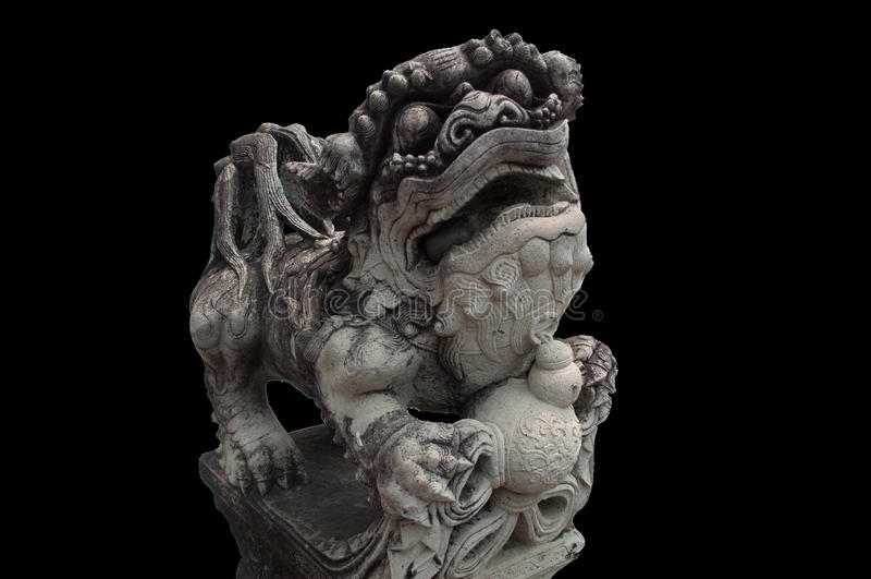 La statue chinoise de lion avec le fond noir photographie stock