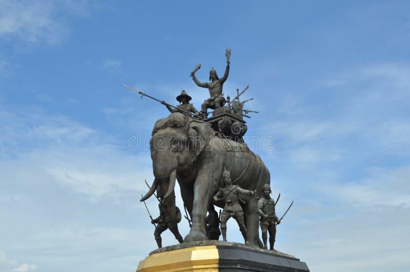 La statue d'éléphant dans le ciel bleu, monument du Roi Naresuan à la province de Suphanburi en Thaïlande photographie stock libre de droits