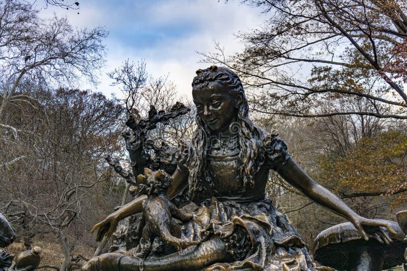 La statue d'Alice au pays des merveilles à Central Park photo libre de droits