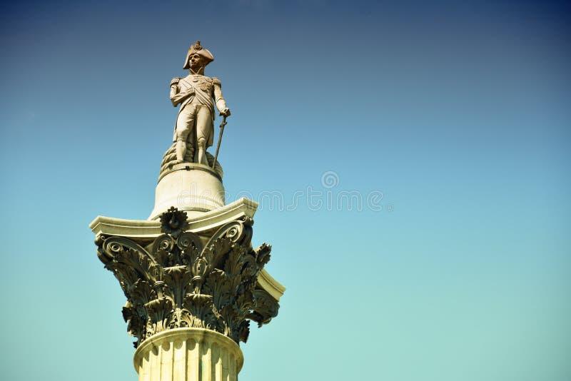 La statue d'amiral Nelson qui repose l'ontop de la colonne du Nelson à Londres photo stock