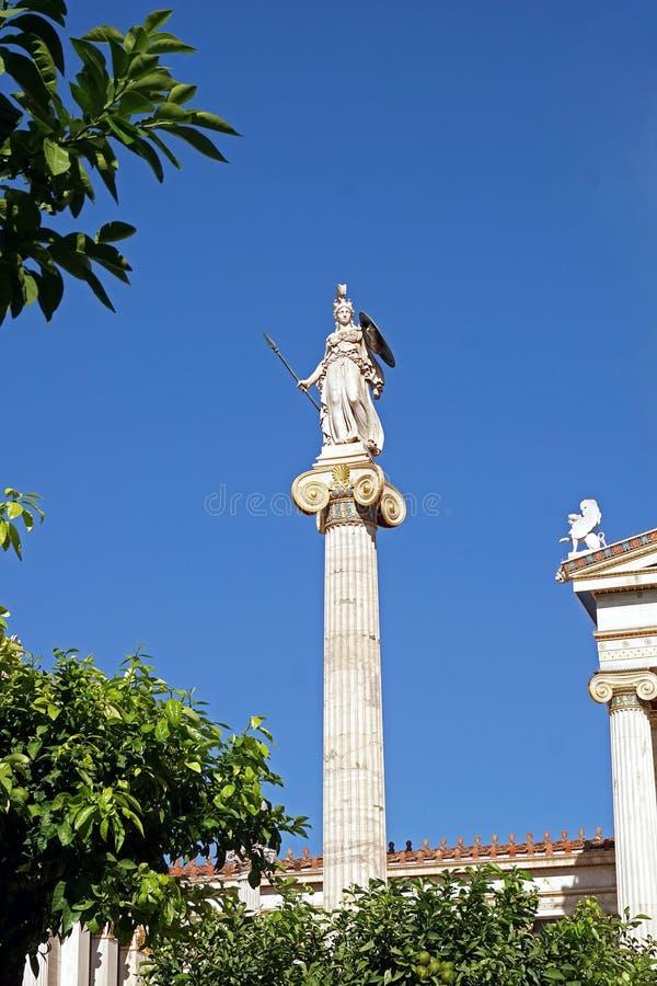 La statue d'Athéna a placé derrière la statue de Platon image libre de droits