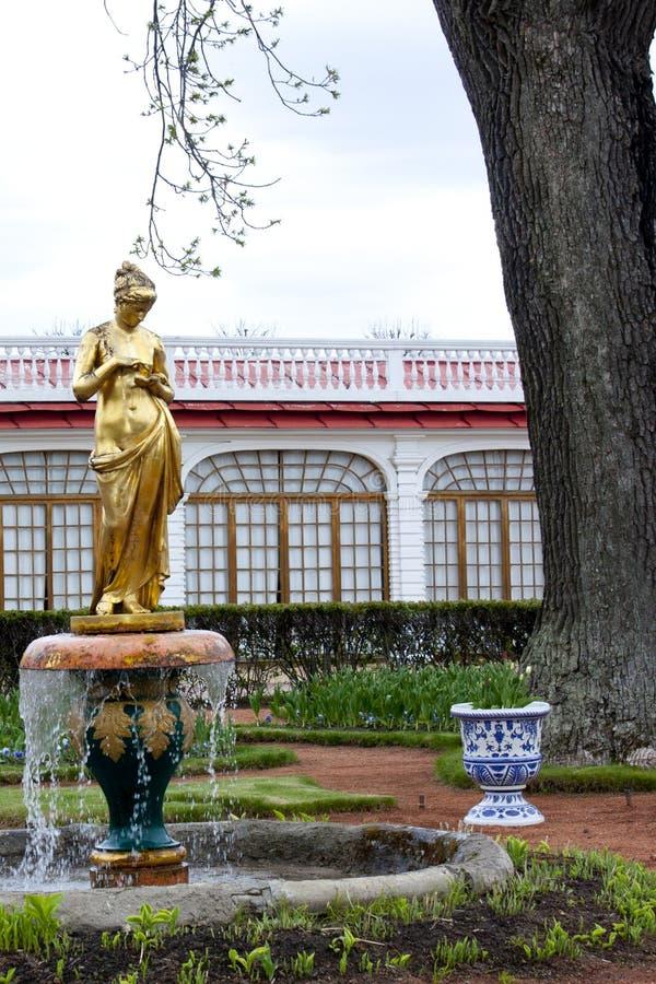 La statue d 39 or dans le jardin du palais de monplaisir for Le jardin voyageur peter brown