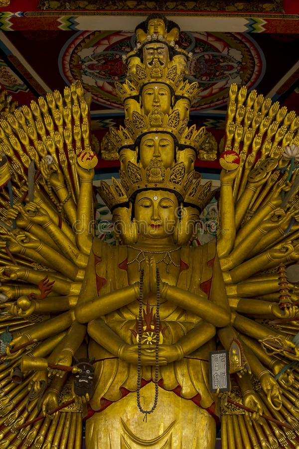 La statue d'or d'or de Guanyin a une main avec 1000 mains images stock