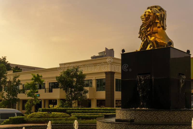 La statue d'un grand lion observe photo stock