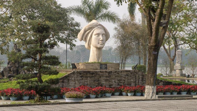 La statue d'une fille vietnamienne, sculptée par le Thanh Nhon, situé dans Hue le long de la rivière de Parfume image libre de droits
