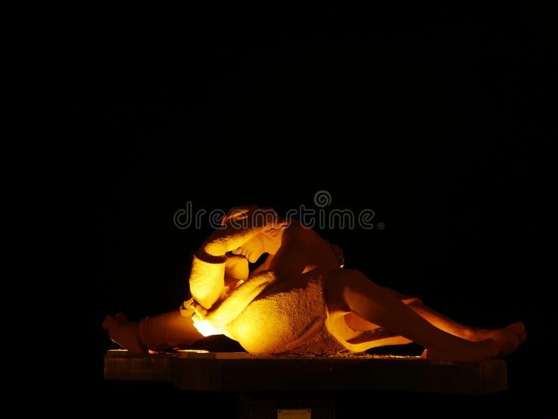 La statue de baiser par nuit dans le secteur de Miraflores de Lima photo stock