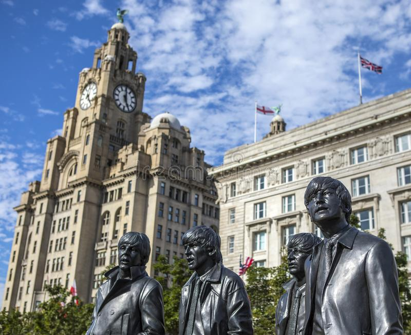 La statue de Beatles et le bâtiment royal de foie à Liverpool photographie stock libre de droits