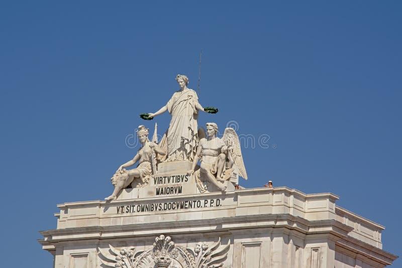La statue de la gloire tenant des lauriers au-dessus de la bravoure et du génie, détail de la porte de Praca font la place de Com image libre de droits