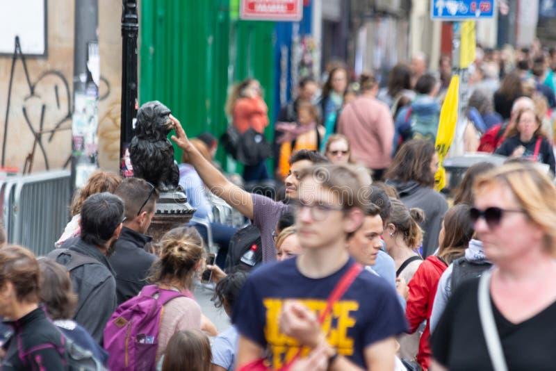 La statue de Greyfriars Bobby à Edimbourg a touché pour la chance par le touriste image libre de droits