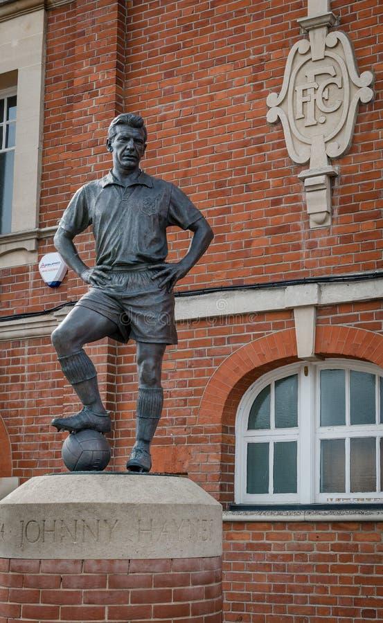 La statue de Johnny Haynes, en dehors de cottage de Craven images libres de droits